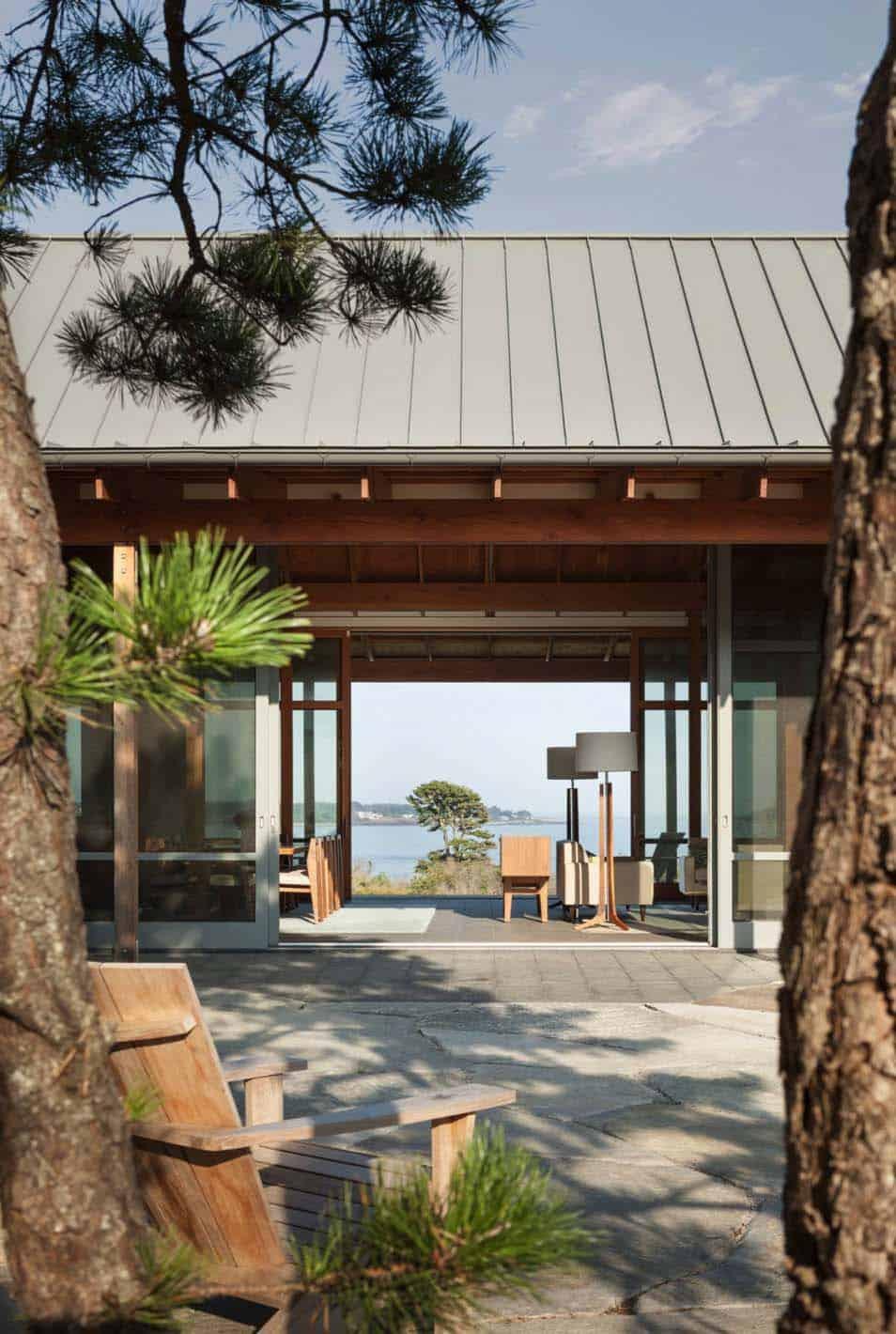 modernized-farmhouse-coastal-retreat-courtyard