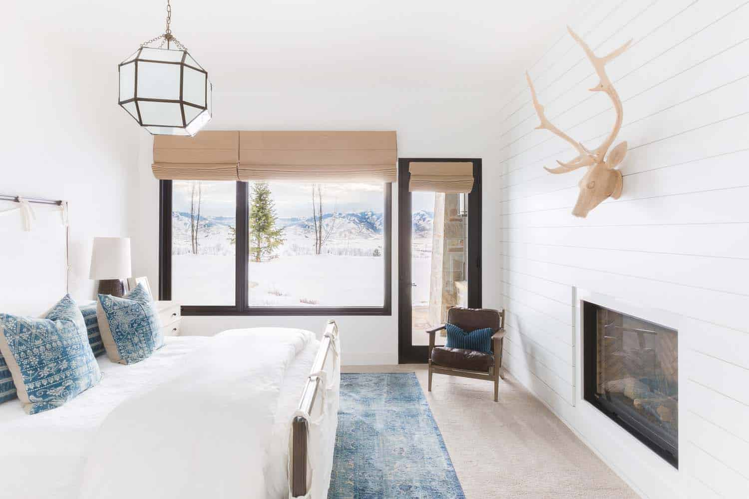mountain-ranch-house-bedroom
