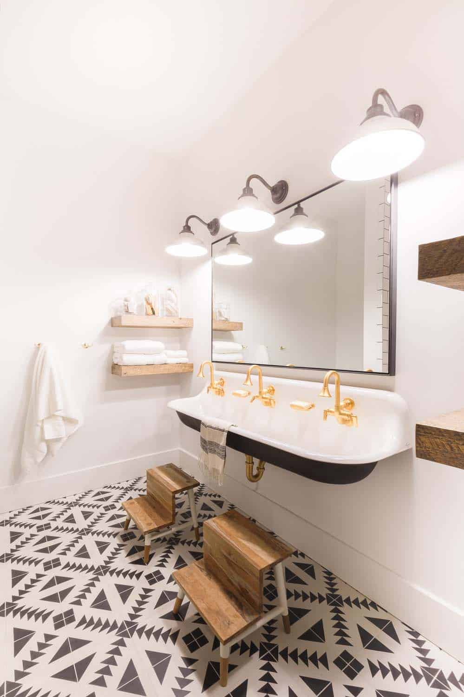 mountain-ranch-house-bathroom