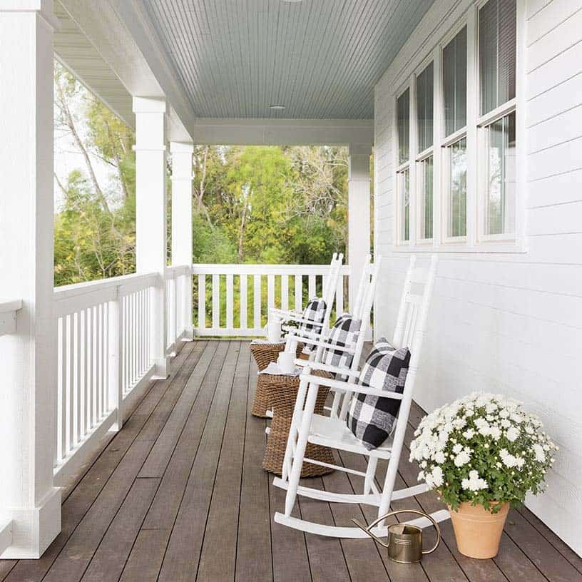 farmhouse-style-home-front-porch