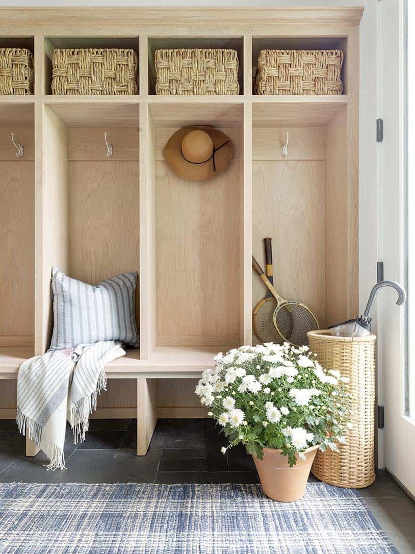 farmhouse-style-mudroom-entry