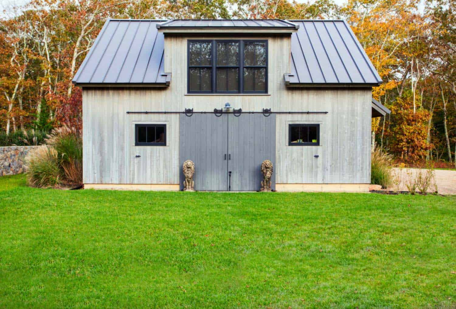 contemporary-barn-home-farmhouse-garage