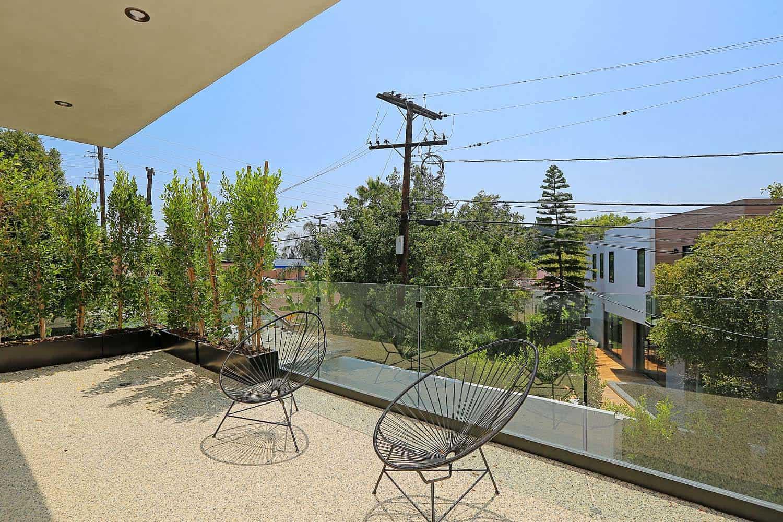 contemporary-master-bedroom-balcony