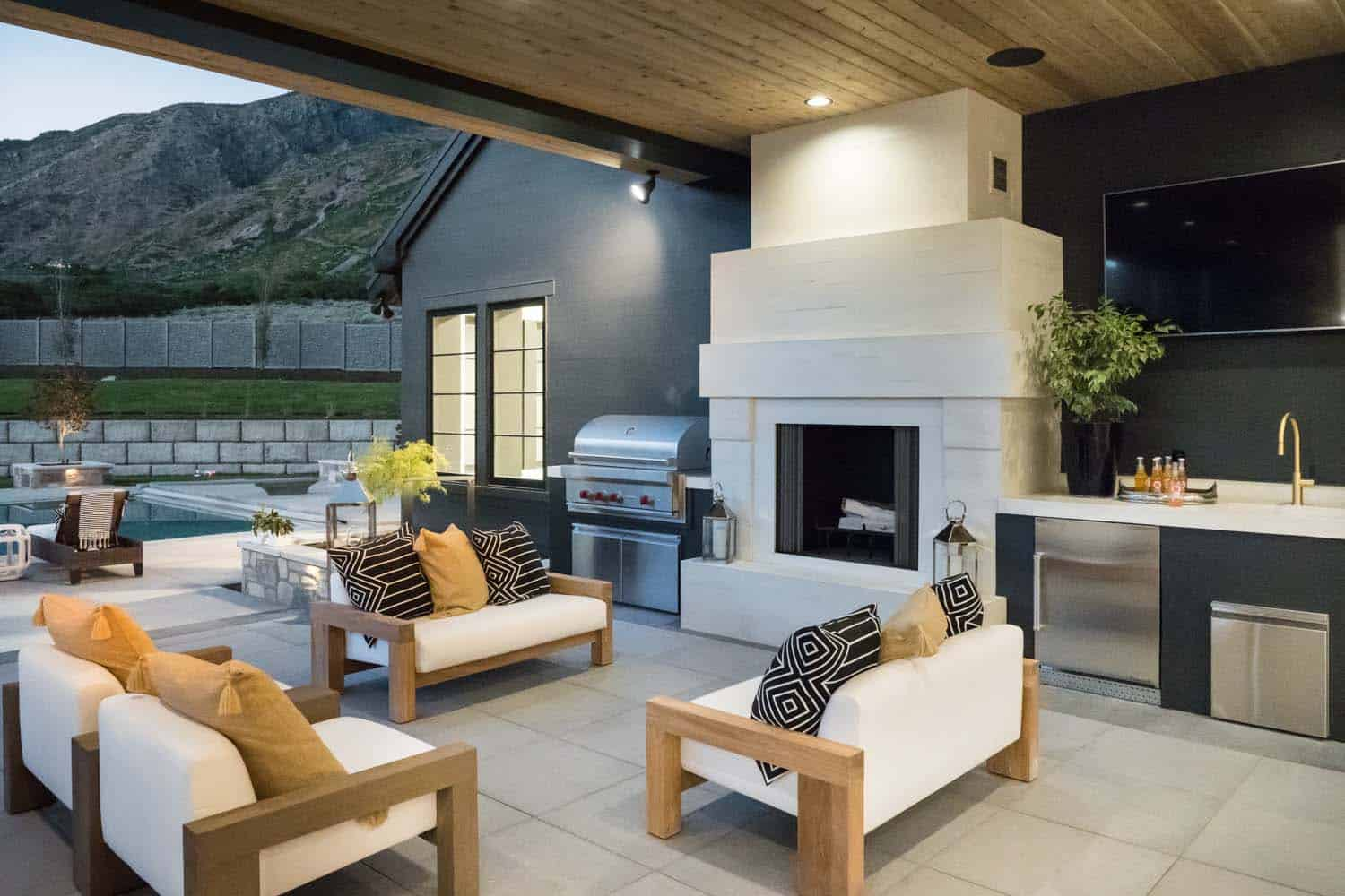 luxury-farmhouse-modern-design-patio