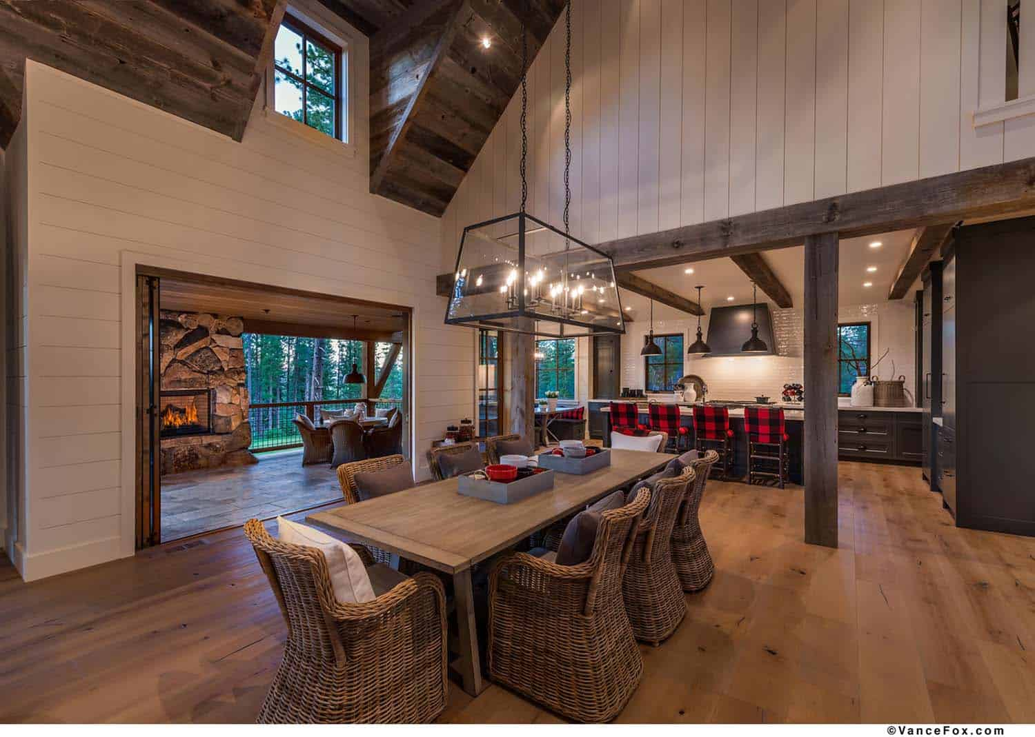 rustic-mountain-farmhouse-dining-room