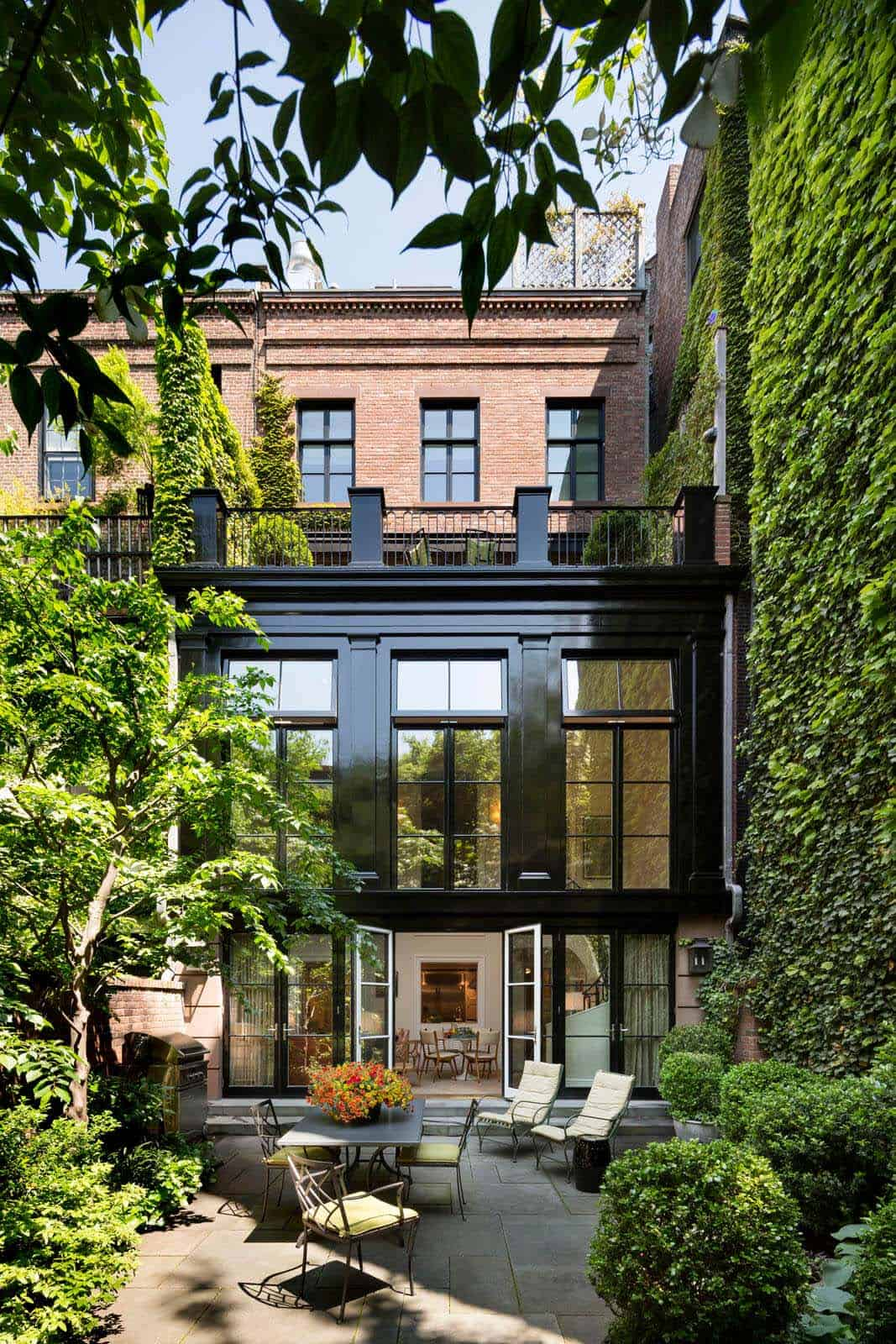 contemporary-townhouse-exterior-courtyard