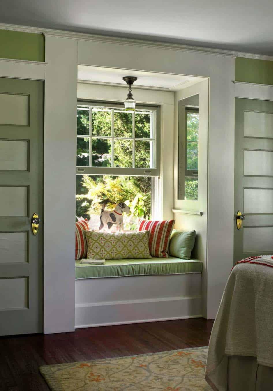 house-traditional-bedroom-window-seat