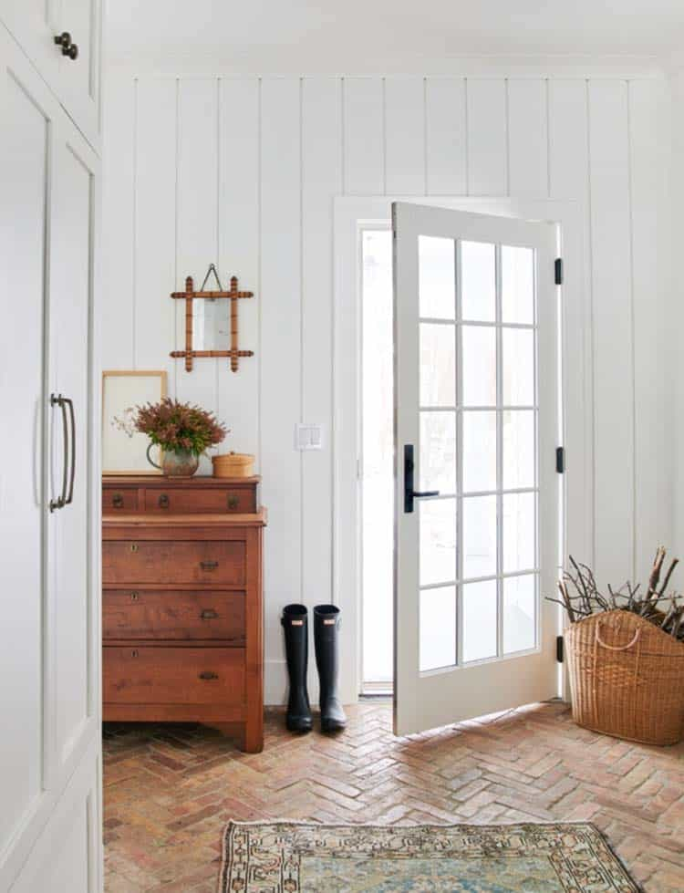 traditional-modern-mudroom