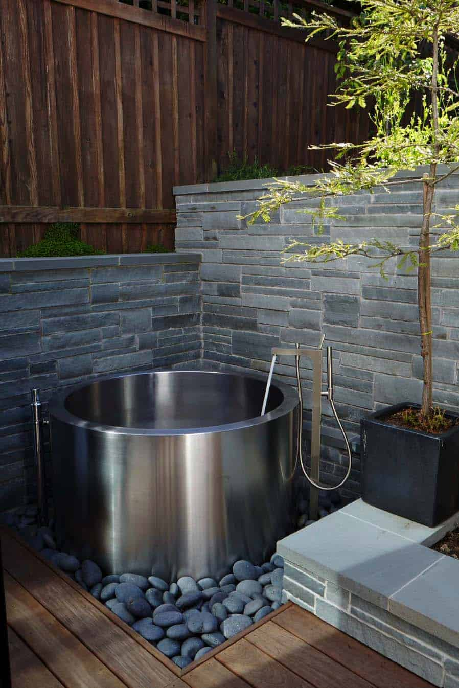 outdoor-bathtub