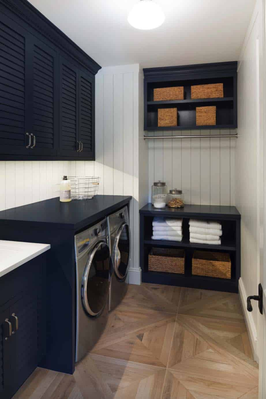 nautical-cottage-beach-style-laundry-room