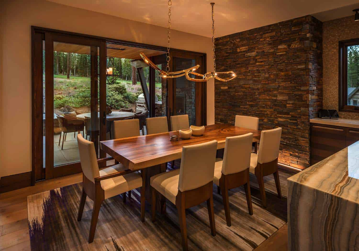 contemporary-mountain-home-dining-room