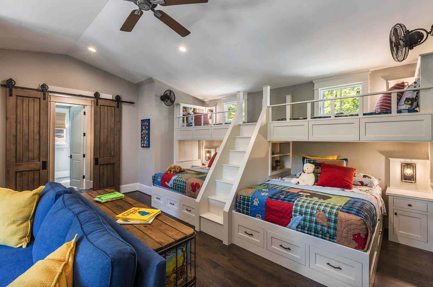 custom-home-rustic-kids-bunk-bedroom