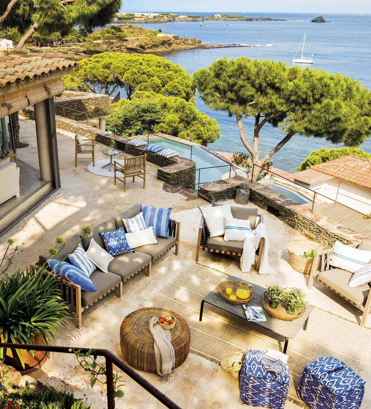seaside-summer-house-patio