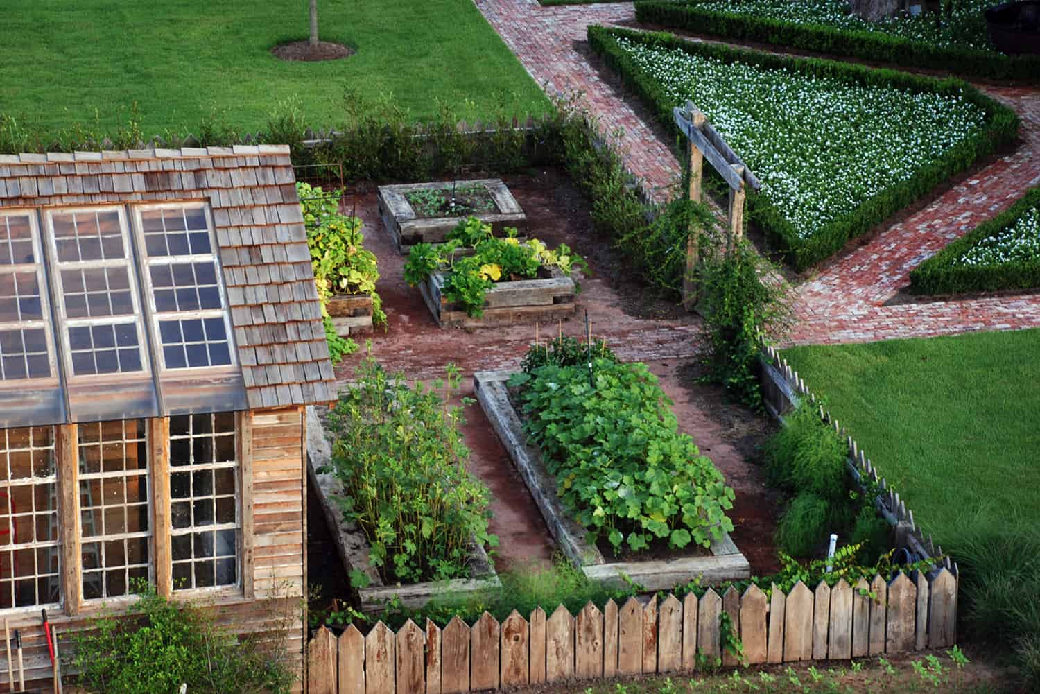 inspiring-vegetable-garden-ideas-potting-shed-with-wood-raised-planter-beds