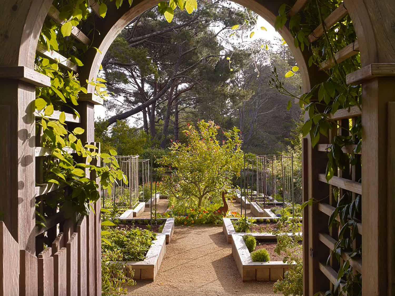 inspiring-kitchen-garden-with-wood-raised-planter-beds