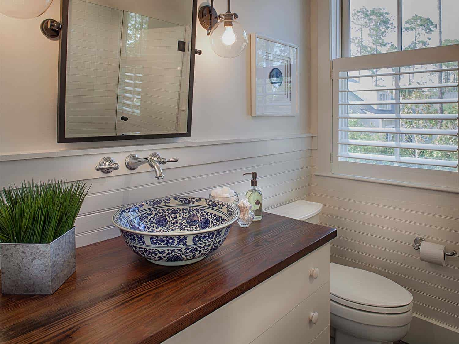 carriage-house-farmhouse-bathroom