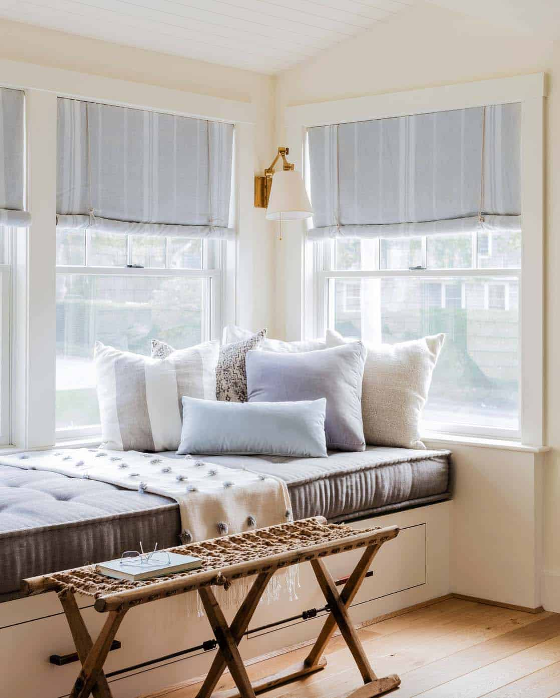 beach-style-living-room-window-seat