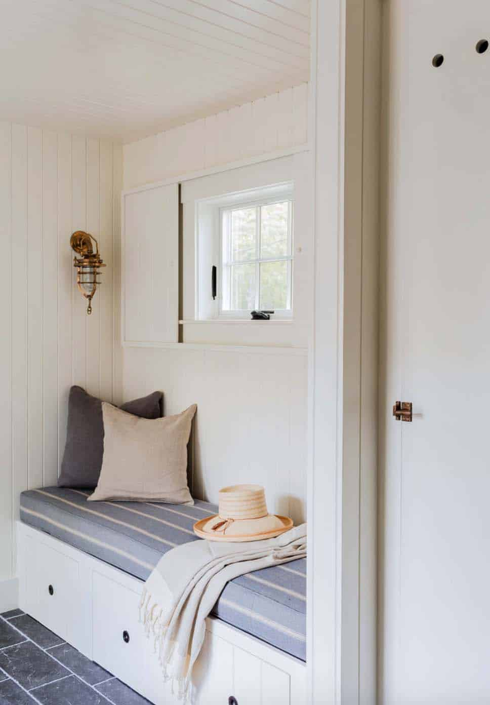 beach-style-entry-nook