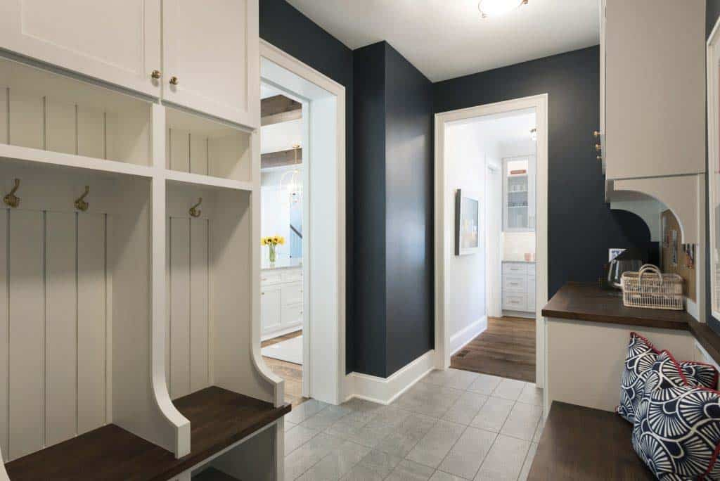 midwest-home-luxury-tour-beach-style-mudroom