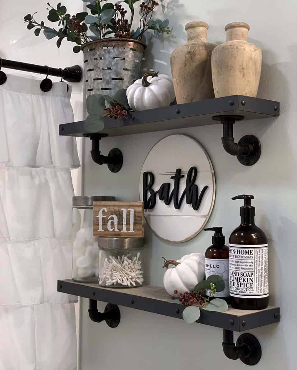 cozy-farmhouse-fall-decor-bathroom-shelf