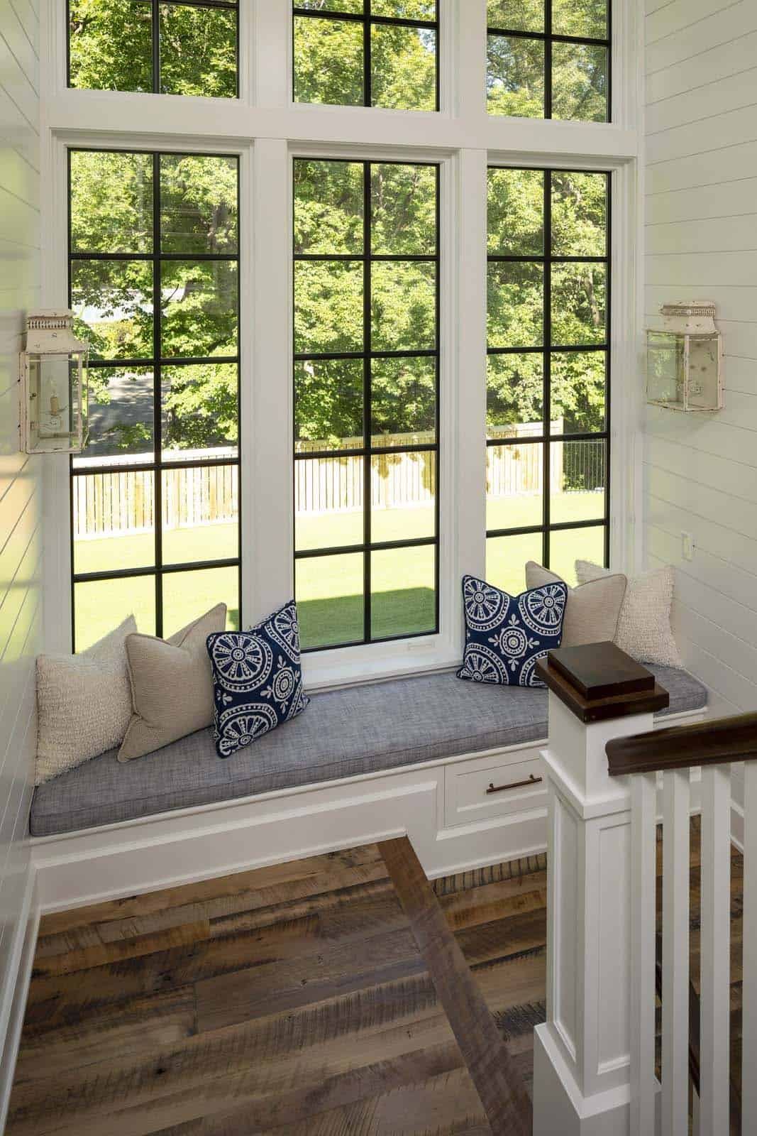 beach-style-staircase-window-seat