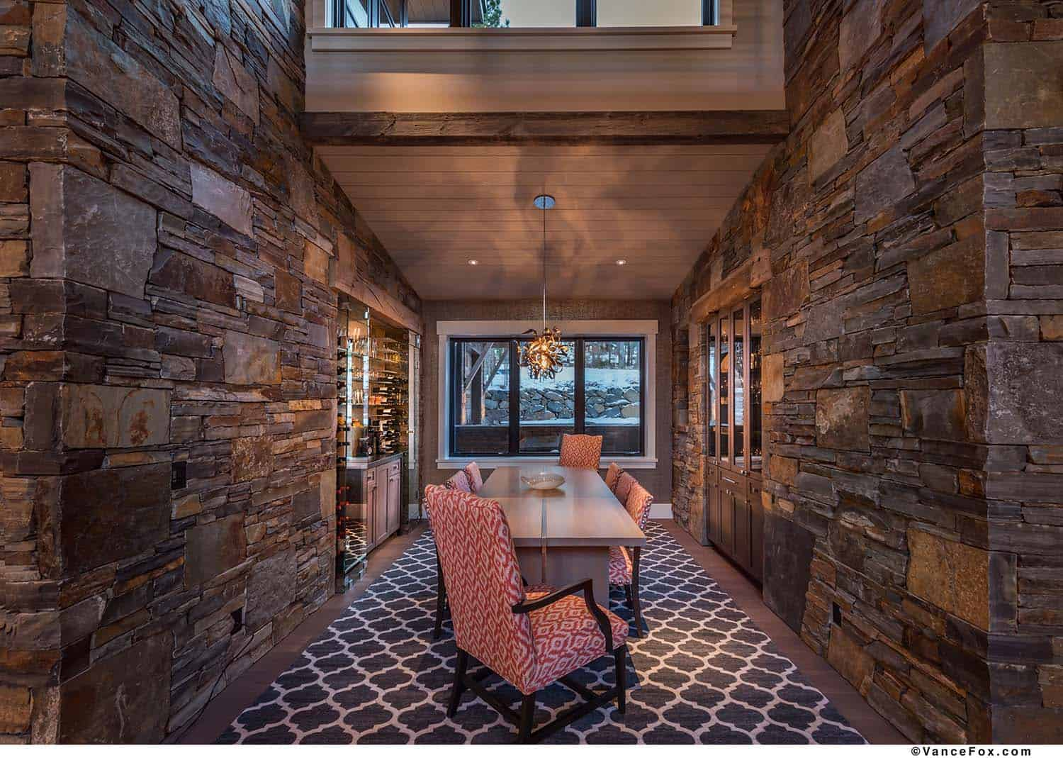 mountain-modern-cabin-dining-room