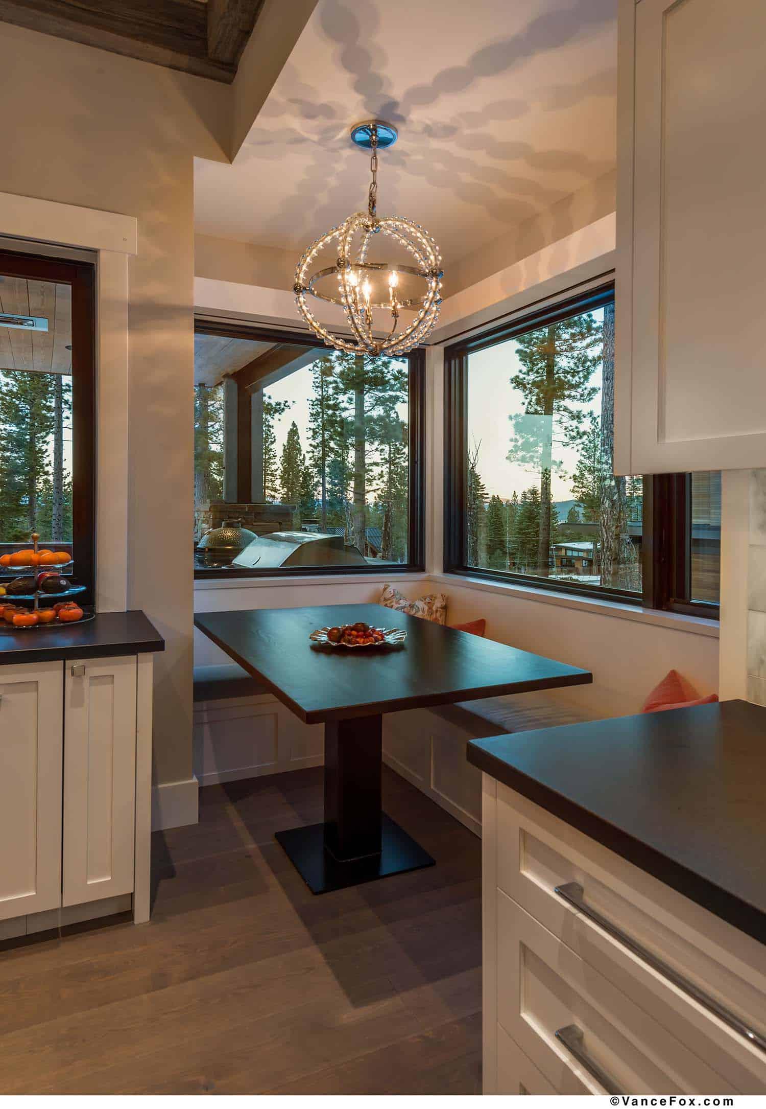 mountain-modern-cabin-kitchen-breakfast-nook