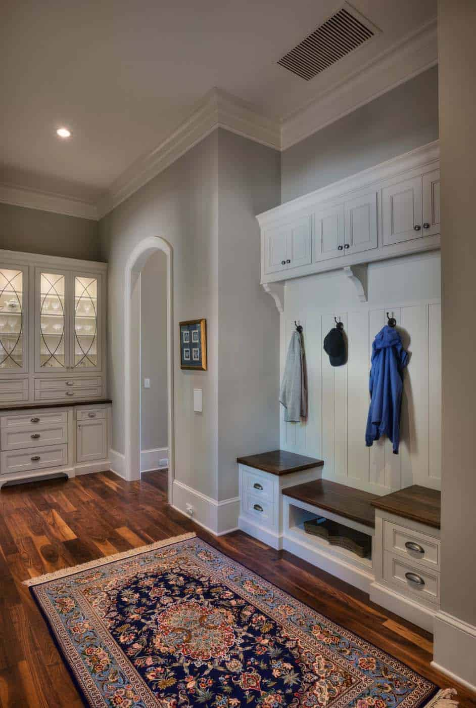 traditional-style-mudroom-entry
