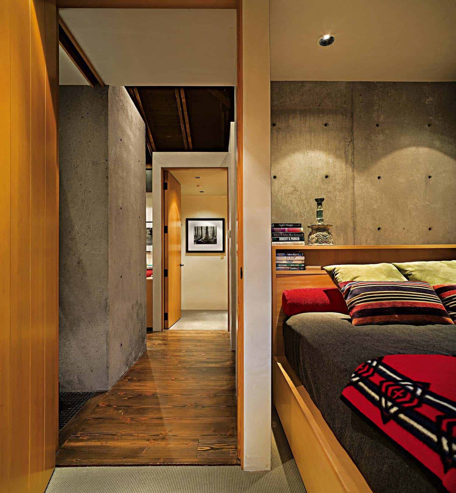compact-modern-cabin-bedroom