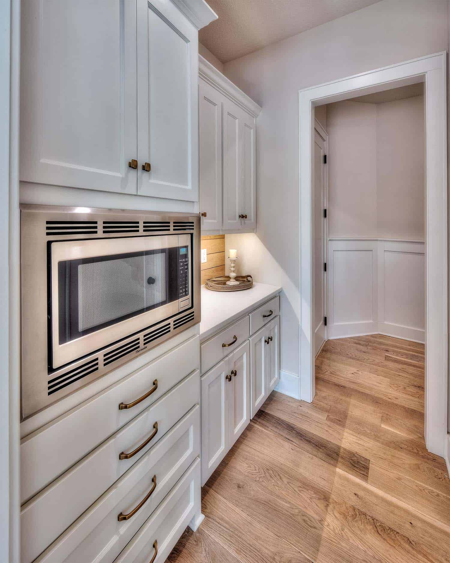 contemporary-kitchen-butlers-pantry