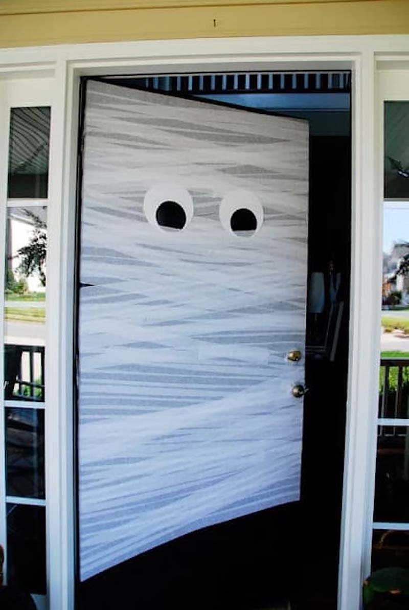 diy-halloween-decoration-outdoors-door-mummy