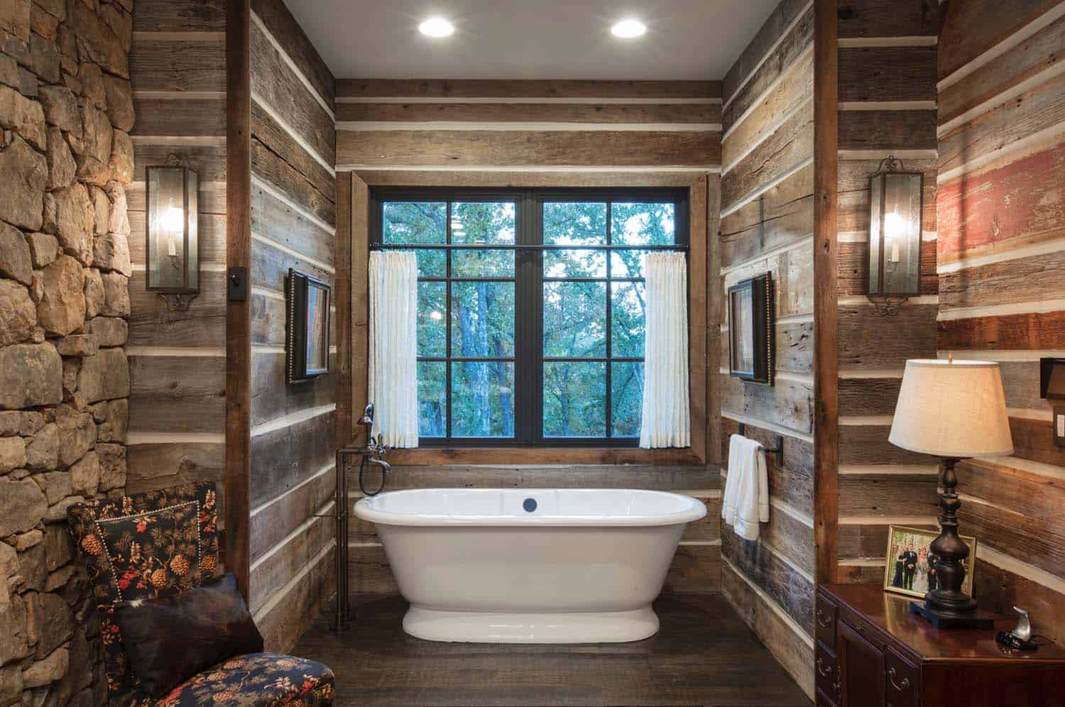 farmhouse-rustic-bathroom