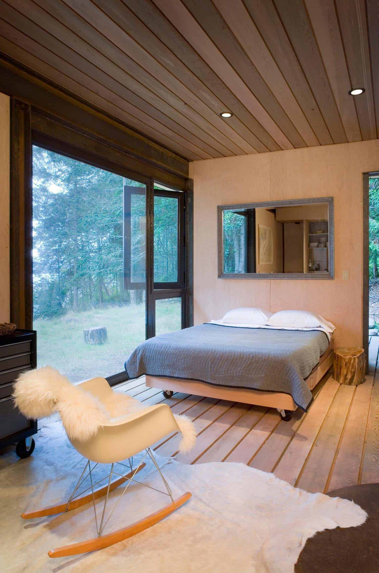 small-modern-cabin-bedroom