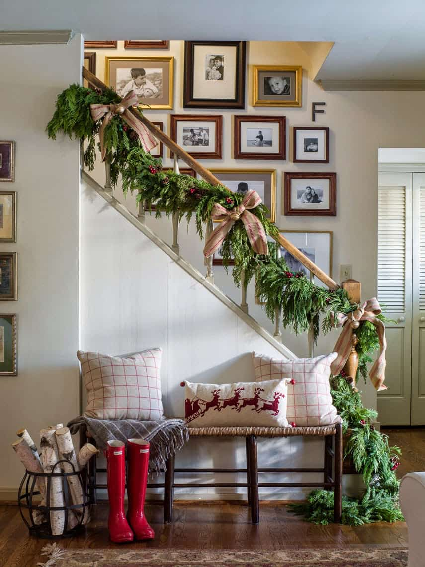 gorgeous-christmas-garland-decorating-ideas-staircase