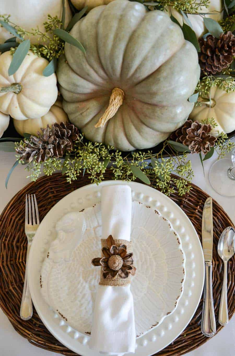 gorgeous-thanksgiving-centerpiece-idea-pumpkins