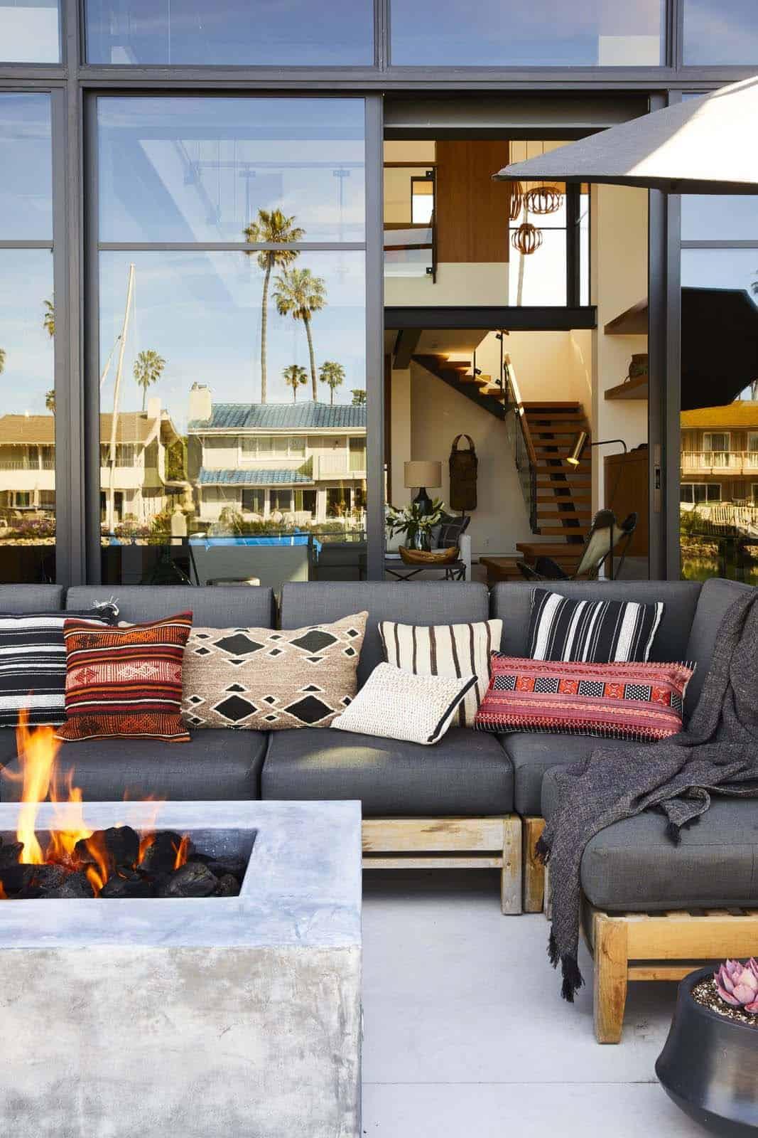 modern-waterfront-home-deck