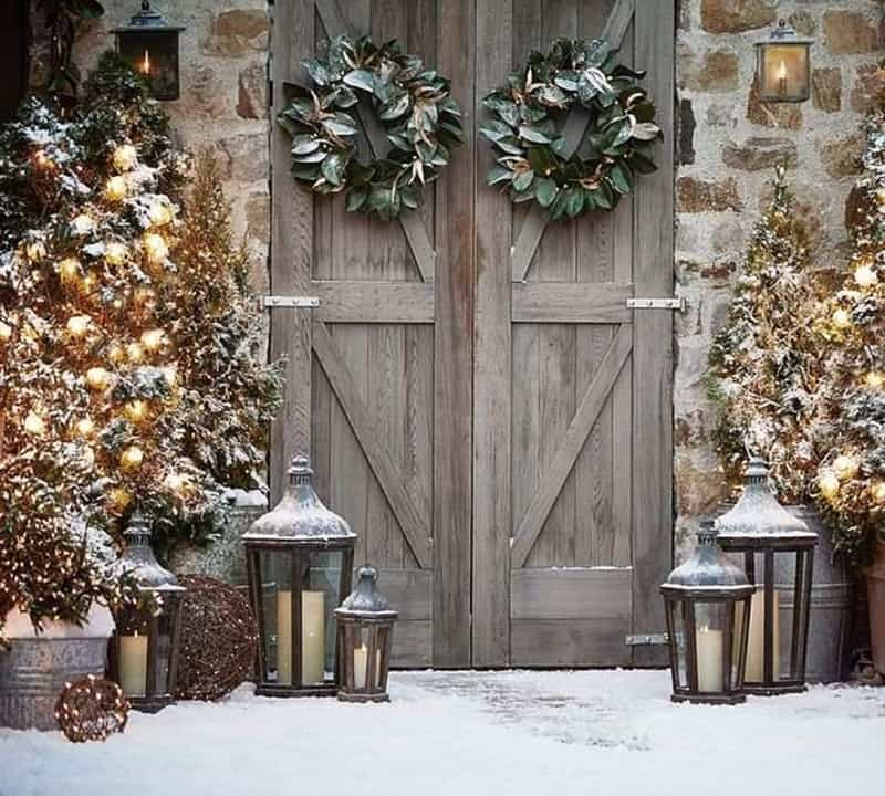 stunning-outdoor-decorations-christmas-rustic-barn-doors
