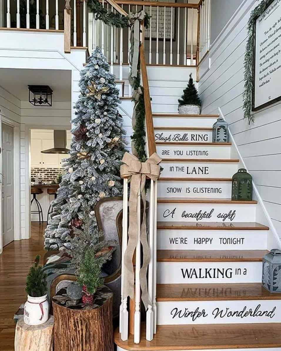 rustic-farmhouse-christmas-decorating-ideas-staircase