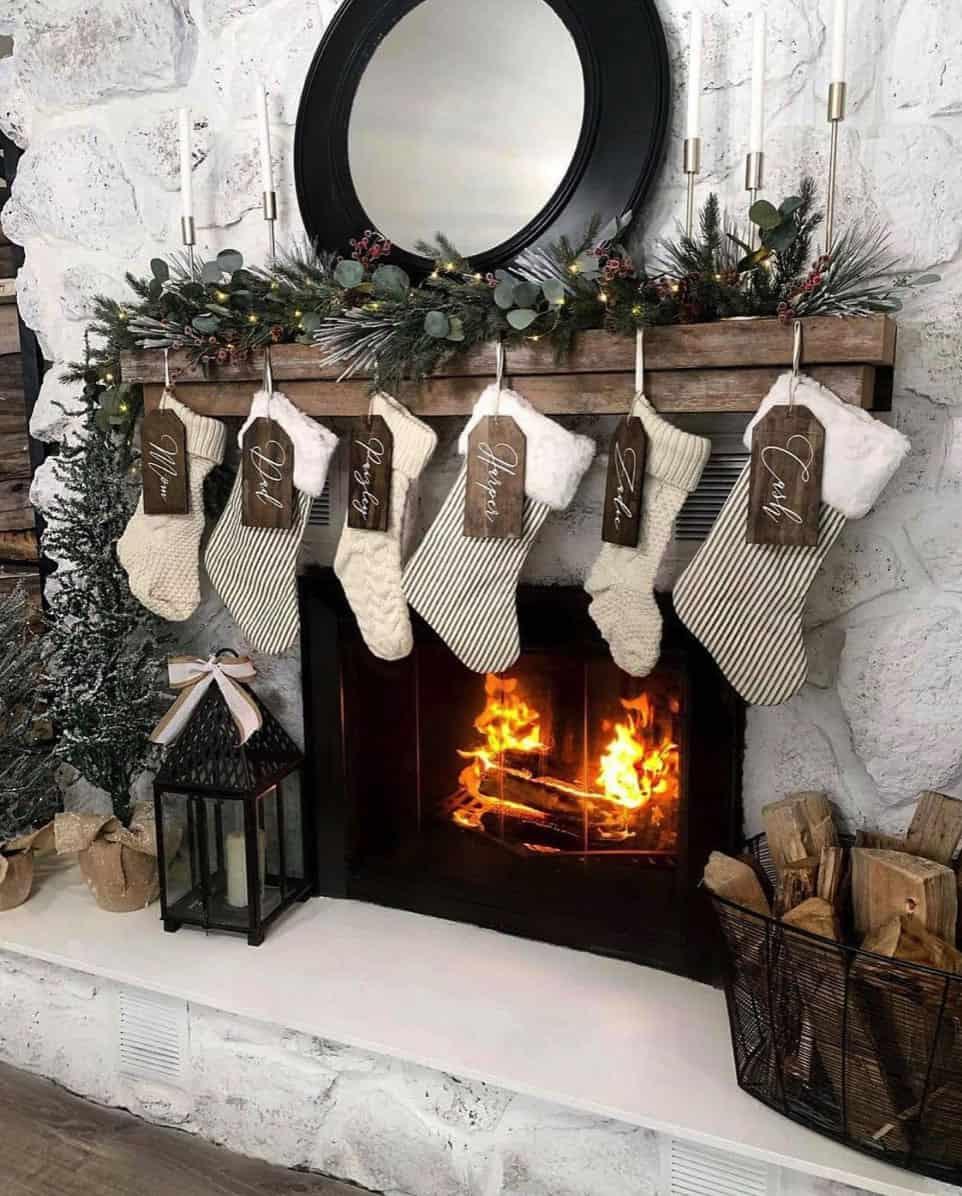 40 Cozy And Wonderful Rustic Farmhouse Christmas Decorating Ideas