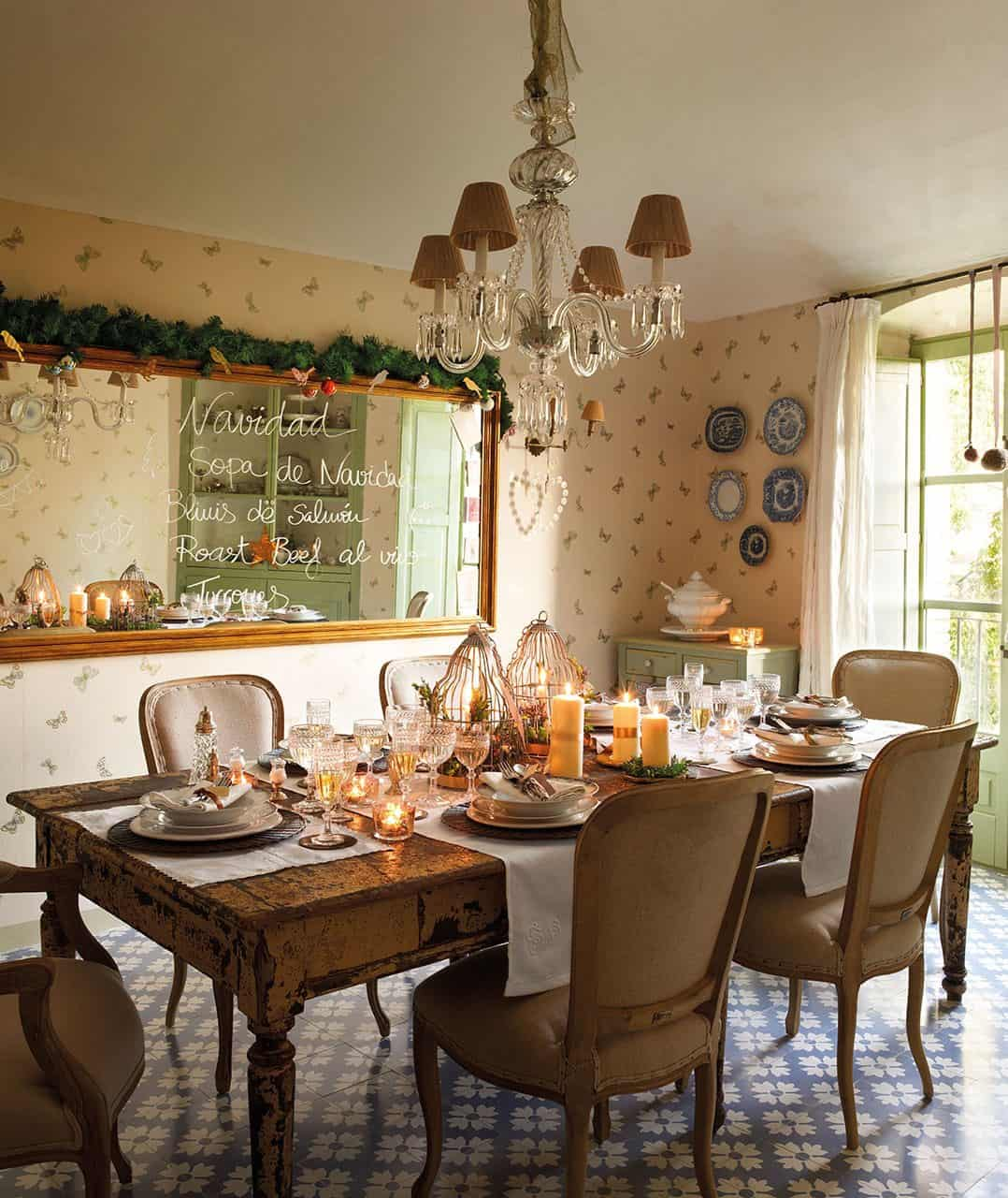 christmas-decorated-old-farmhouse-dining-room