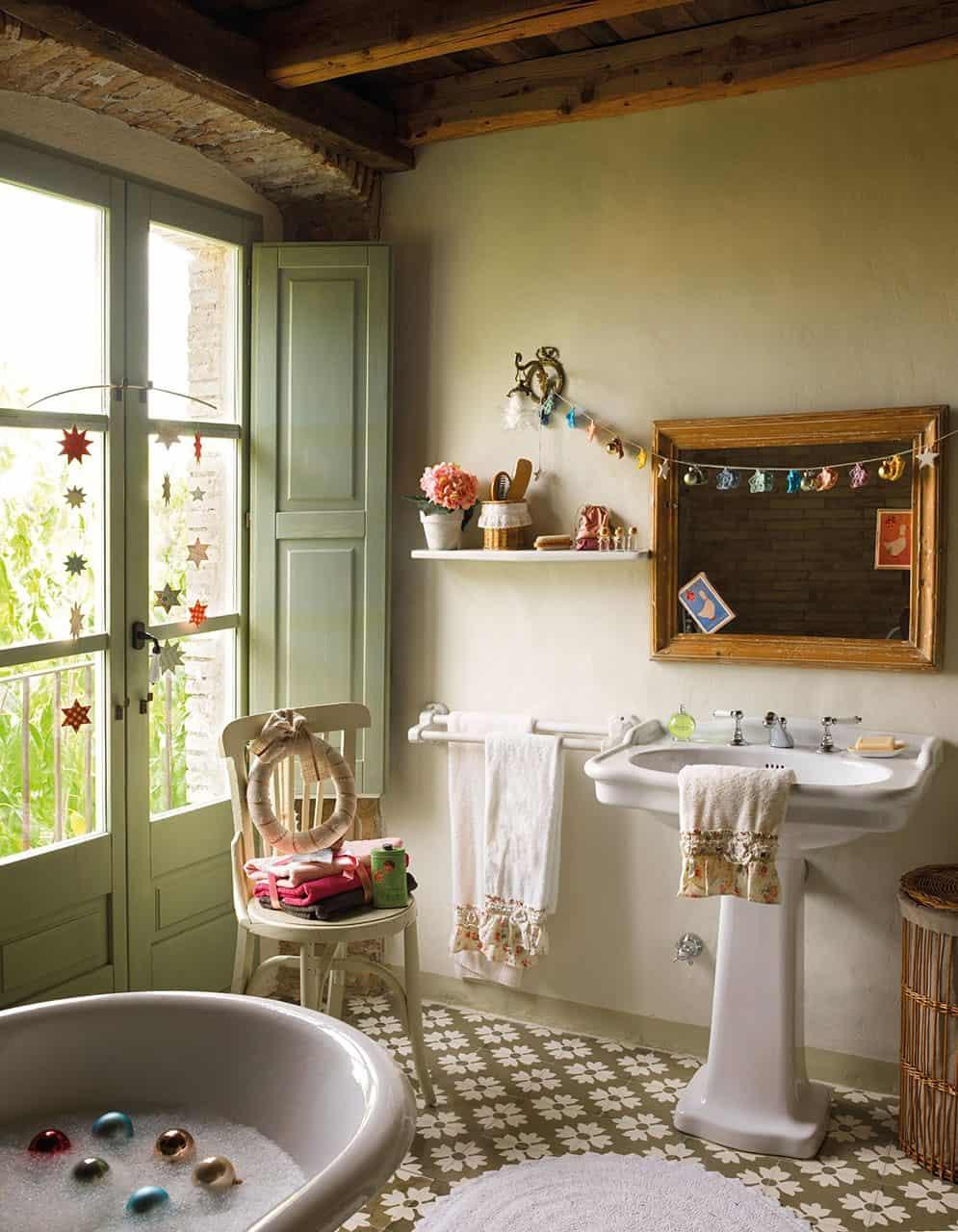 christmas-decorated-old-farmhouse-bathroom