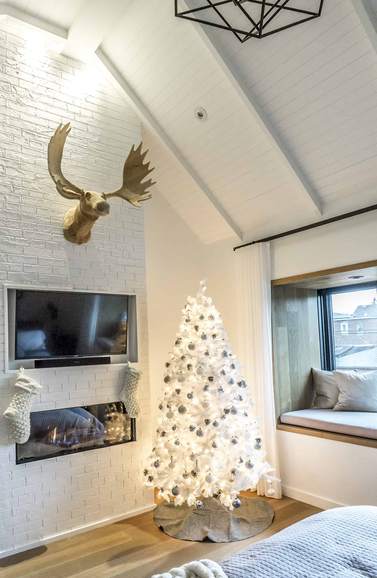 contemporary-home-living-room-christmas-decorations