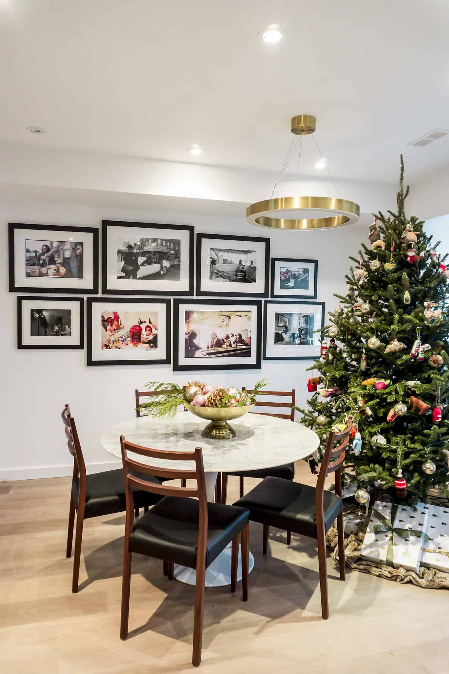 contemporary-home-dining-room-christmas-decorations