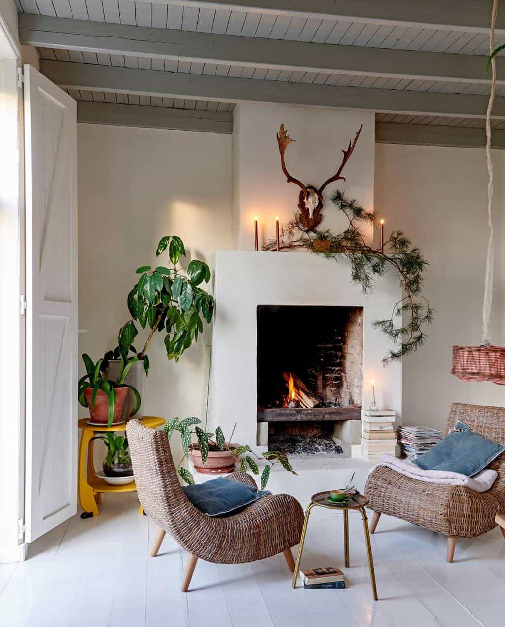 converted-farmhouse-living-room-Christmas-decorations