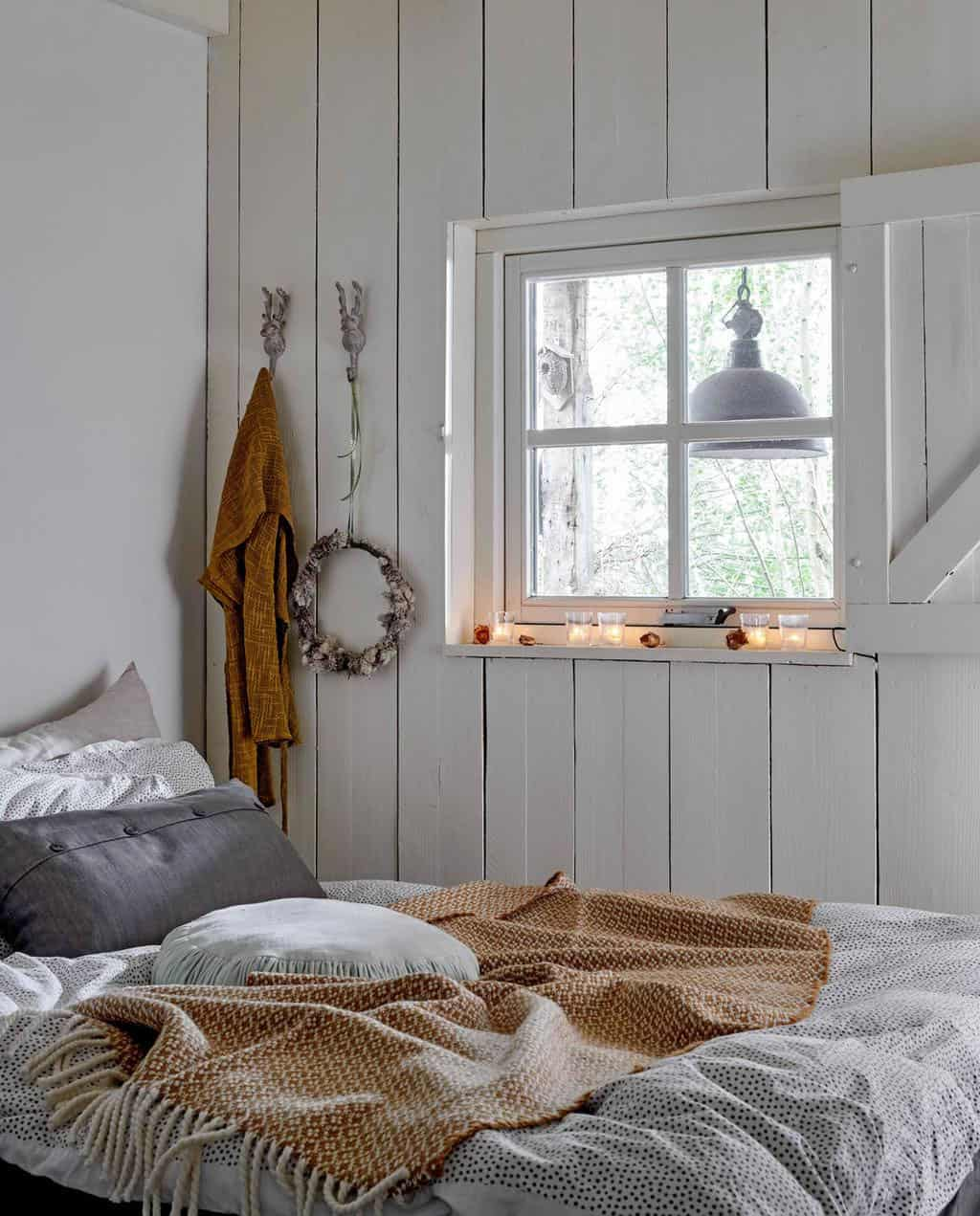 converted-farmhouse-bedroom-christmas-decorations