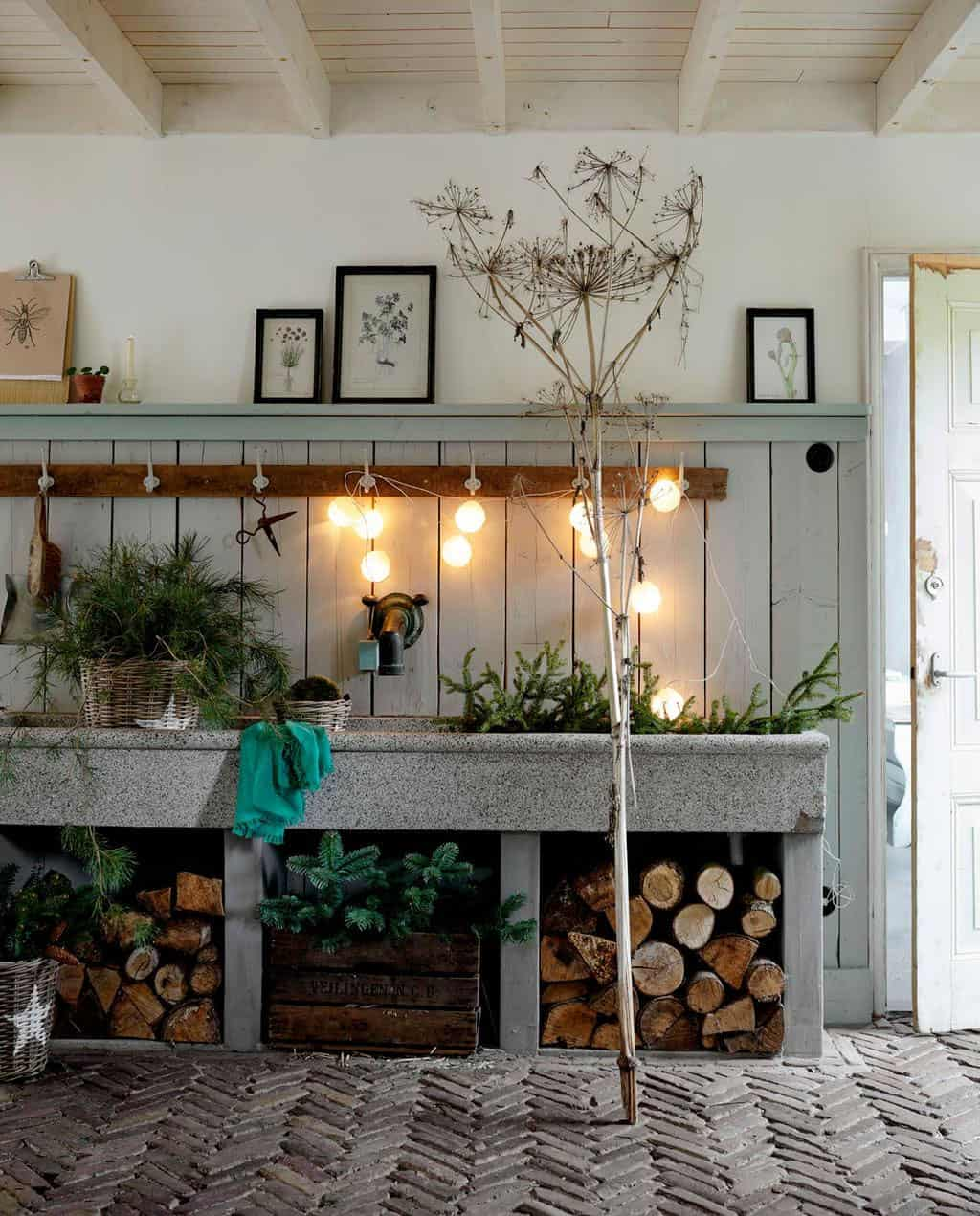 converted-farmhouse-mudroom-christmas-decorations