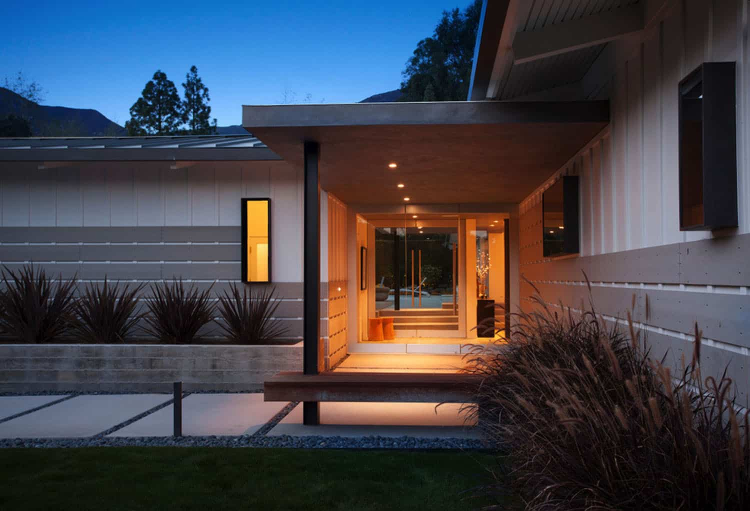 midcentury-ranch-house-entry
