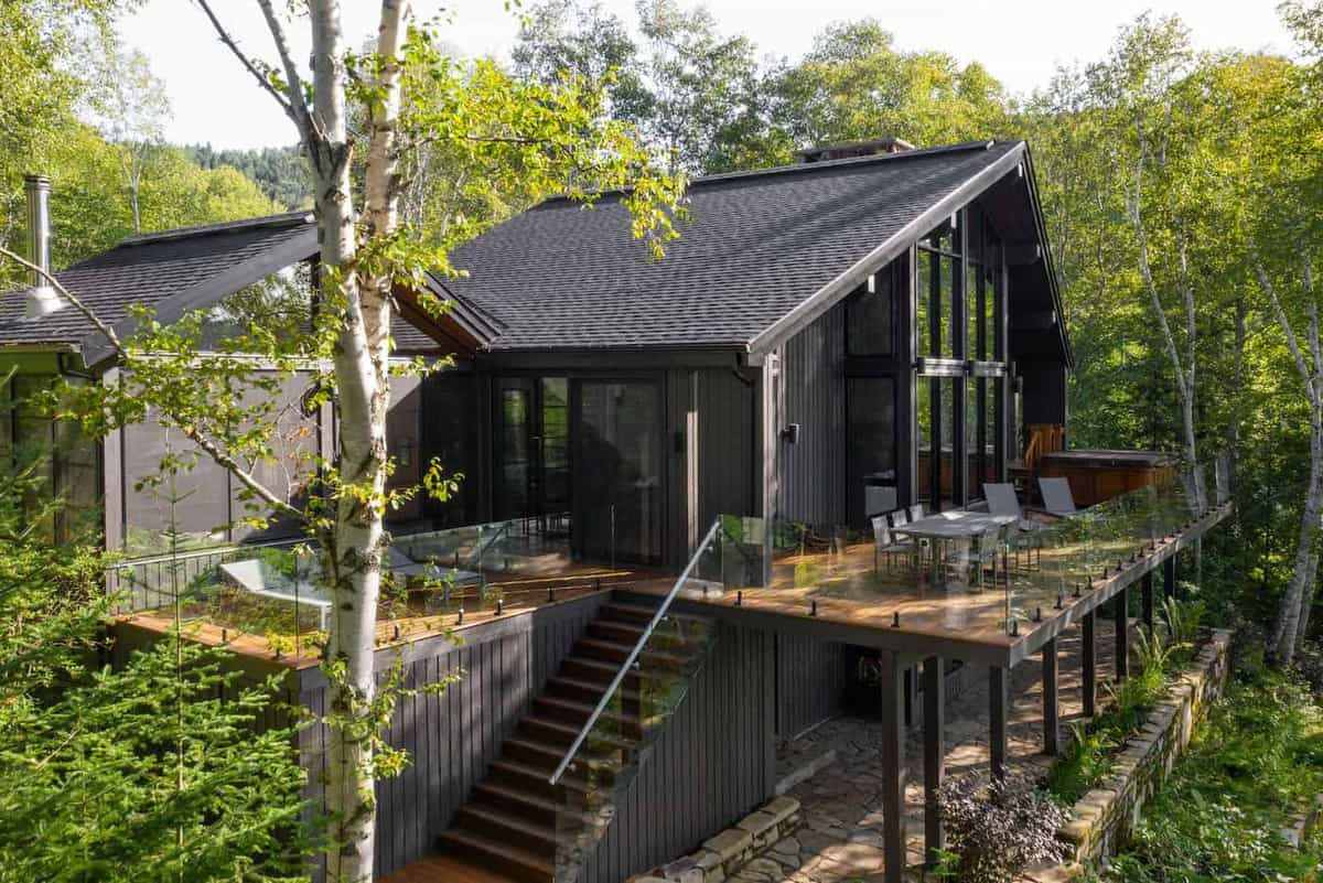 This modern refuge provides a cozy retreat in the forests of Canada
