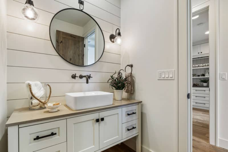 farmhouse-guest-bathroom