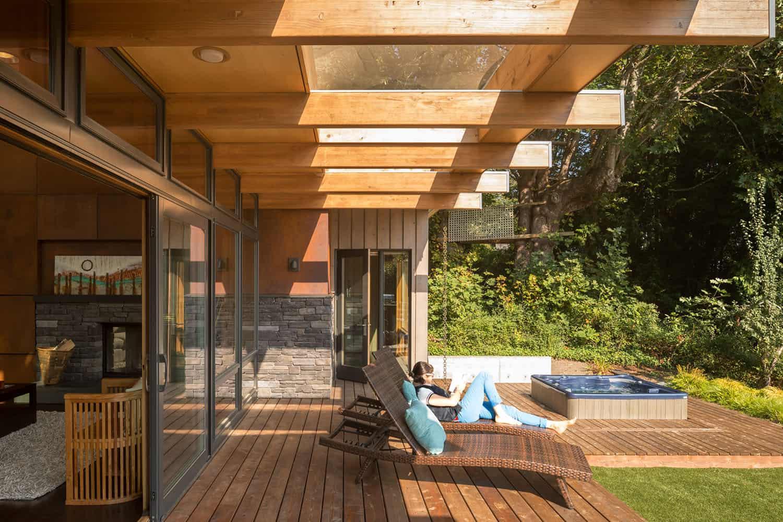 modern-hillside-home-deck